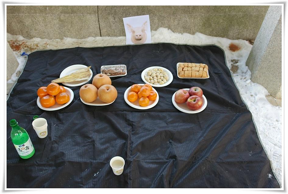 돼지머리 사진과 간소한 음식들로 지내는 시산제의 모습