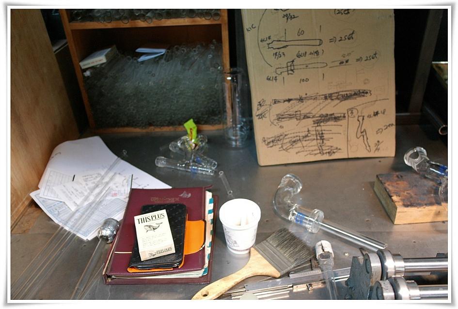 책상 위에 올라와 있는 디스플러스담배와 핸드폰, 공책