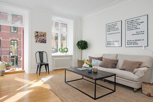 북유럽 스타일의 안락의자, 소파와 심플한 액자 장식